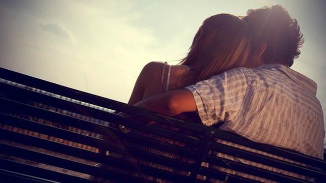 Thiếu trung thực: Mối quan hệ được xây dựng dựa trên sự dối trá sẽ không thể kéo dài được. Vì thế, với một người thiếu trung thực và hay quanh co để che giấu mọi việc, điều tốt nhất bạn nên làm là sớm buông bỏ mối quan hệ không lành mạnh này.