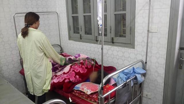 Bé gái B.T.M.T. đang được điều trị tại Bệnh viện đa khoa tỉnh Hòa Bình.