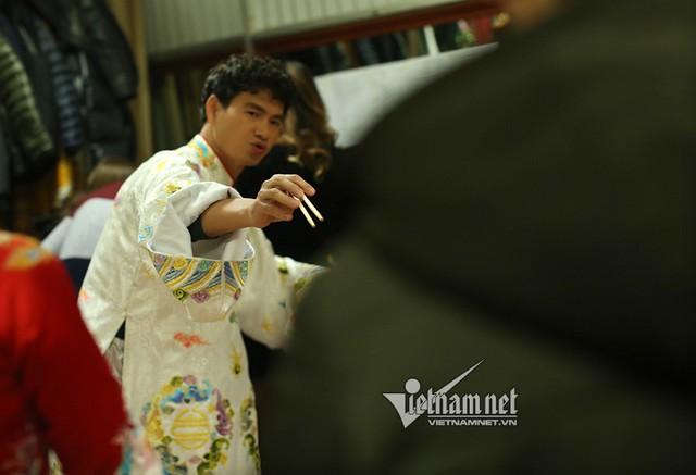Nghệ sĩ Xuân Bắc ăn mì xào vẫn không quên chỉ đạo.