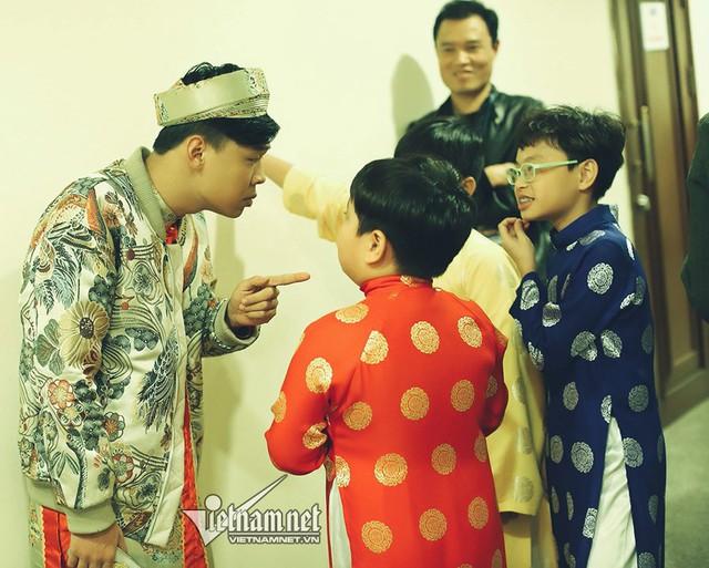 Hai con trai của Xuân Bắc đang tập với nghệ sĩ ở hậu trường.