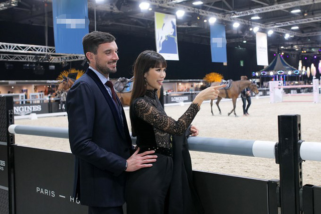 Hai vợ chồng Hà Anh cùng đi xem giải đấu đua ngựa, môn thể thao vương giả tại xứ cảng thơm. Thời tiết mùa đông khá lạnh nên ông xã ngoại quốc luôn ở bên nhắc nhở vợ khoác thêm áo choàng.