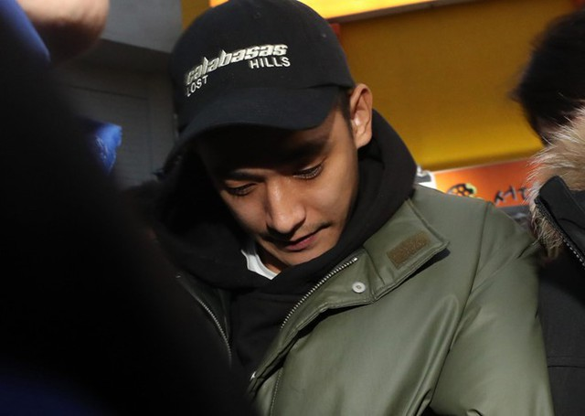 Jung Suk Won cúi mặt khi phóng viên nhắc đến tên vợ thời điểm xuất hiện ở đồn cảnh sát.