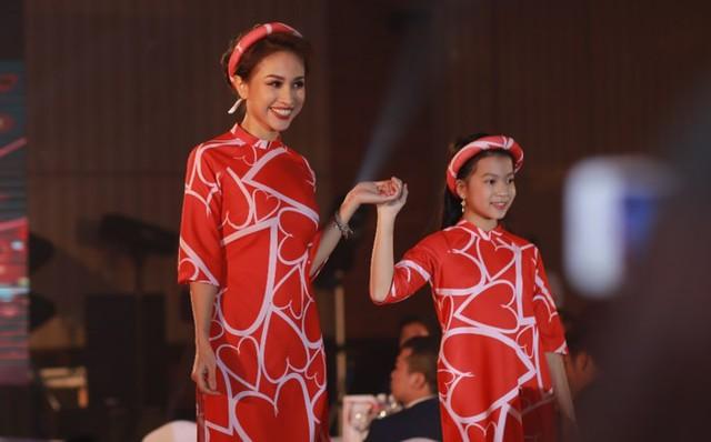 Diễn viên Diệu Hương cũng đem đến không khí Tết với tà áo dài đỏ rực rỡ. Người đẹp tự tin trình diễn cùng người mẫu nhí trong chương trình.
