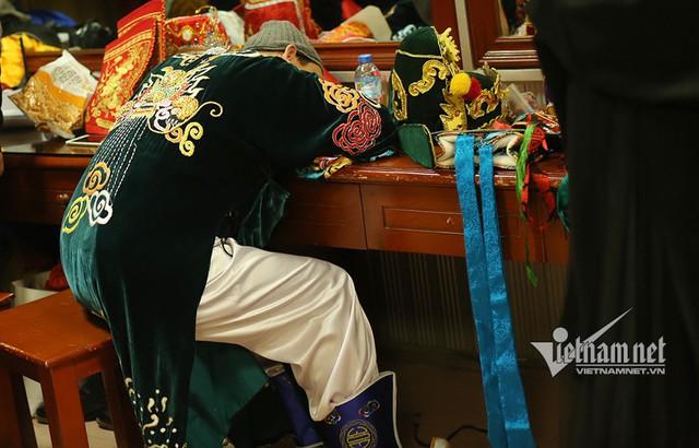 Quang Thắng nằm ra bàn tranh thủ ngủ.