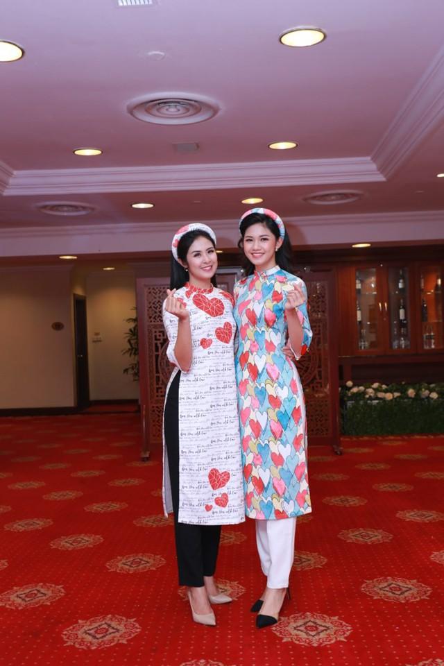Hoa hậu Ngọc Hân vui vẻ chụp ảnh kỉ niệm cùng á hậu Thanh Tú.