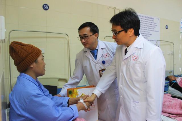 Phó Thủ tướng Vũ Đức Đam tới tận từng giường bệnh, động viên bệnh nhân ung thư đang điều trị tại Bệnh viện K cơ sở Tân Triều.