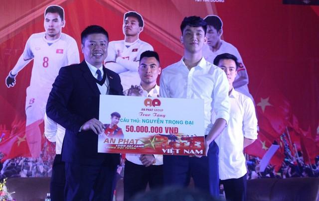 Cầu thủ Nguyễn Trọng Đại trong lễ vinh danh tại tỉnh Hải Dương. Ảnh: Đ.Tùy