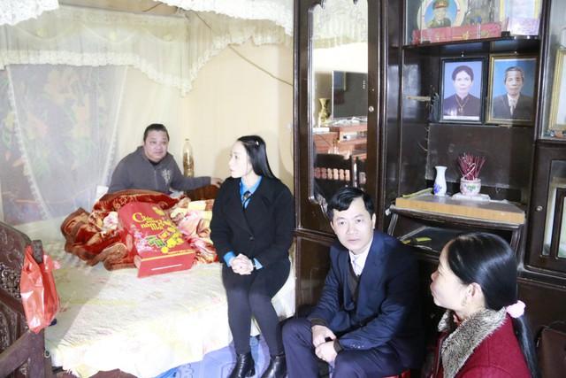 Ban lãnh đạo và Bí thư Chi đoàn Chi cục DS- KHHGĐ tỉnh thăm và tặng quà gia đình bà Trần Thị Hằng, cán bộ chuyên trách xã Thanh Nghị, huyện Thanh Liêm