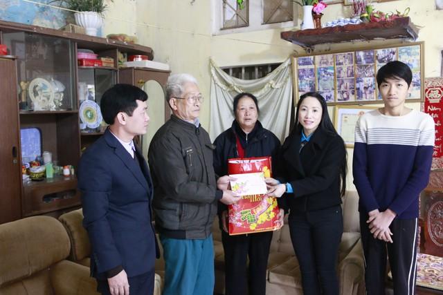 Ban lãnh đạo Chi cục DS - KHHGĐ tỉnh thăm và tặng quà gia đình bố mẹ chị Trương Thị Ánh, cán bộ của Chi cục DS-KHHGĐ đã mất năm 2016.