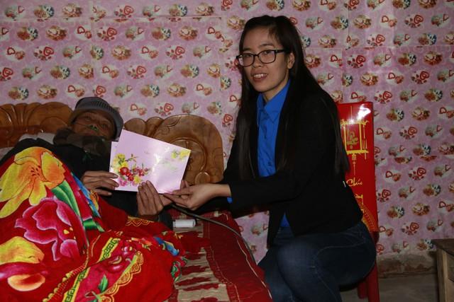 Ban lãnh đạo và Bí thư Chi đoàn Chi cục DS - KHHGĐ tỉnh thăm và tặng quà gia đình bà Ngô Thị Vân, cán bộ chuyên trách xã Hưng Công, huyện Bình Lục
