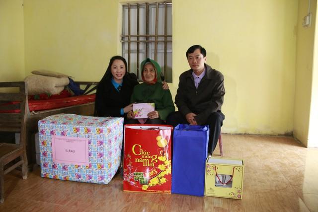 Ban lãnh đạo Chi cục DS - KHHGĐ thăm và tặng quà gia đình cụ Lê Thị Nhị, thôn Đọi Nhì, xã Đọi Sơn, huyện Duy Tiên