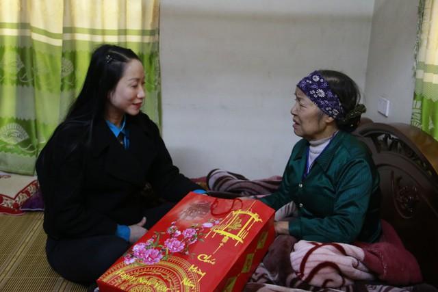 Bà Tạ Thị Hoa và Ban lãnh đạo Chi cục DS - KHHGĐ thăm và tặng quà bà Phạm Thị Bình, cộng tác viên DS - KHHGĐ thôn Duyên Giang, xã Châu Giang, huyện Duy Tiên