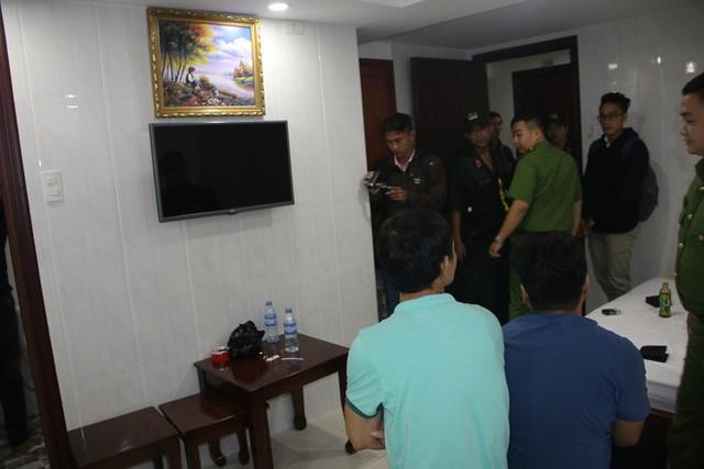 Lực lượng kiểm tra các phòng của khách sạn. Ảnh : M.T