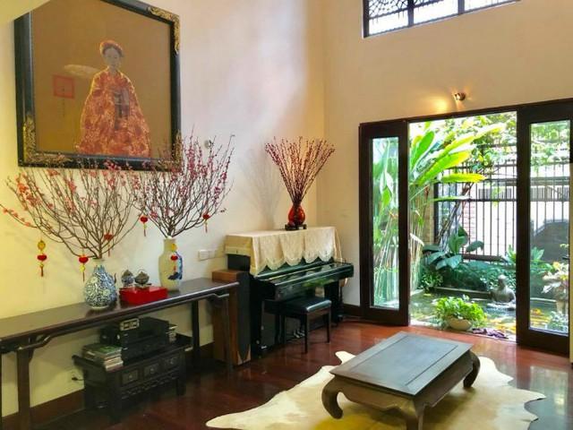 Ca sĩ Quang Dũng dành tình yêu đặc biệt cho hoa đào. Anh trang hoàng nhà cửa đón Tết theo phong cách cổ điển.