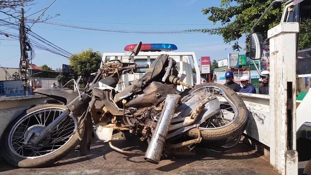 Chiếc xe máy của nạn nhân nát bét khi được đưa ra khỏi gầm xe khách