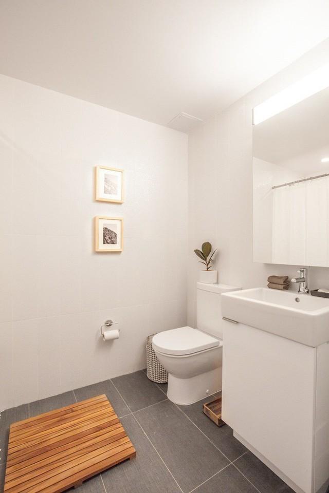 Nhà vệ sinh cũng toàn bộ bằng màu trắng.