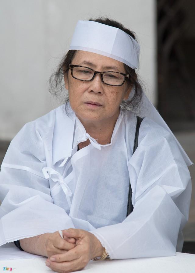 Bà Hồng Sương, vợ nghệ sĩ Nguyễn Hậu, bần thần trước nỗi đau quá lớn. Cả hai gắn bó bên nhau hơn 40 năm và có một con gái chung. Bà chia sẻ lấy chồng diễn viên nhưng bà chưa từng phiền lòng bất cứ điều gì về chồng. Đối với bà, Nguyễn Hậu là người nghiêm túc, sống hết lòng vì vợ con.