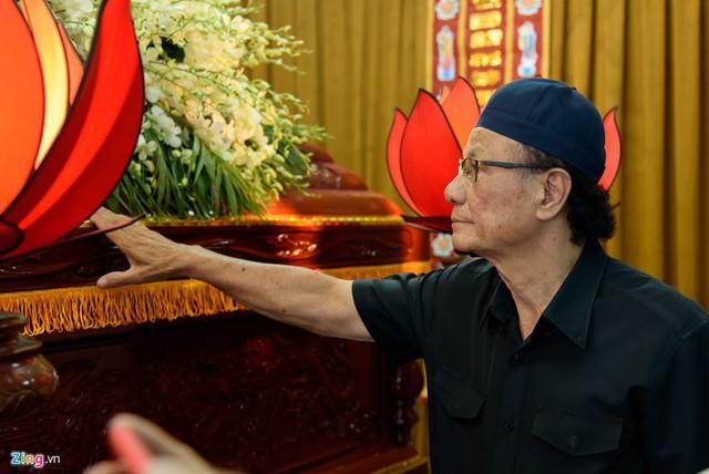 Đạo diễn Lê Cung Bắc là một trong những người đến viếng đồng nghiệp sớm nhất. Nguyễn Hậu từng có một vai diễn ấn tượng trong phim Người đẹp Tây Đô do nghệ sĩ kỳ cựu thực hiện.