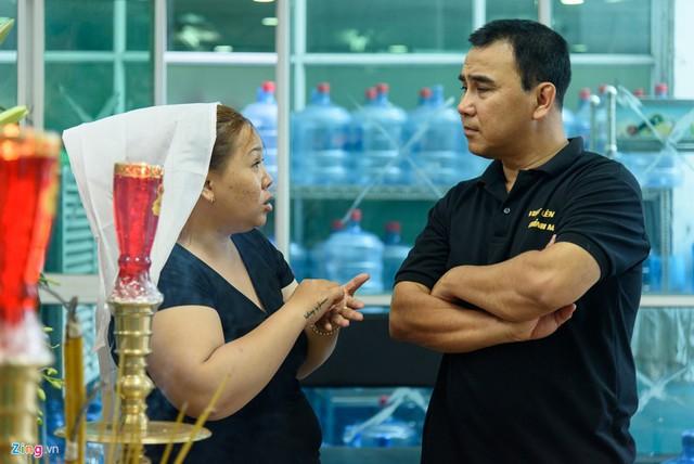 Quyền Linh trò chuyện, hỏi han hoàn cảnh của nghệ sĩ Nguyễn Hậu.