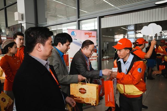 Nhân dịp năm mới, Ban tổ chức đã đi chúc Tết từng người trên chuyến bay và gửi tặng những bao lì xì may mắn.