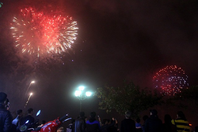 Hàng nghìn người dân háo hức khi được xem trực tiếp bắn pháo hoa tại công viên Bạch Đằng. Ảnh: Đ.Tùy