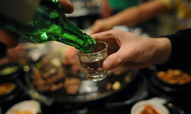 """Chồng đau đầu sau khi """"oanh tạc"""" rượu bia, chị em đừng dại cho chồng uống những món này"""