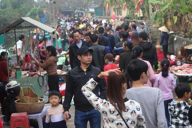 Hàng nghìn người nô nức đổ về phiên chợ đặc biệt để tìm cho mình niềm vui xuân mới