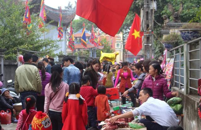 Ngay từ sáng sớm, hàng nghìn người tìm đến phiên chợ đặc biệt này để du xuân, mua bán