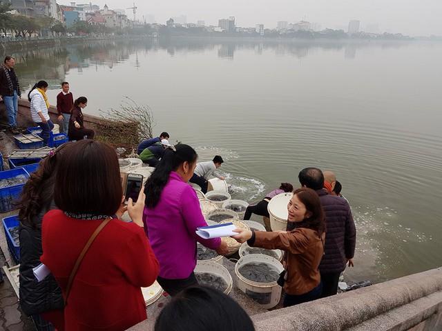 Người dân tham gia các nghi lễ phóng sinh trên khắp cả nước