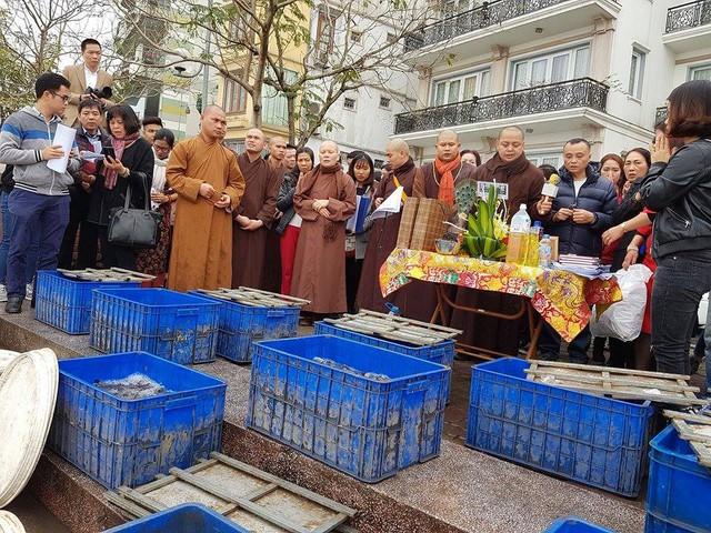 Đại đức Thích Thanh Phương đã chủ trì buổi lễ thả phóng sinh ở Hồ Tây (Hà Nội). Ảnh: H. D