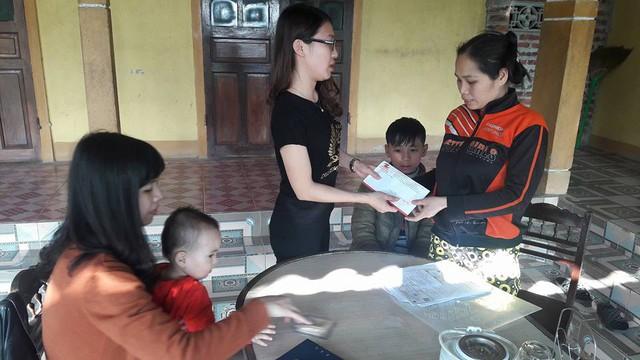 Các nhà hảo tâm trao tặng món tiền nhỏ cho gia đình chị Thiện. Ảnh:NCT.