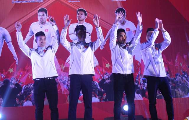 4 cầu thủ U23 quê Hải Dương tiến ra sân khấu chào khán giả
