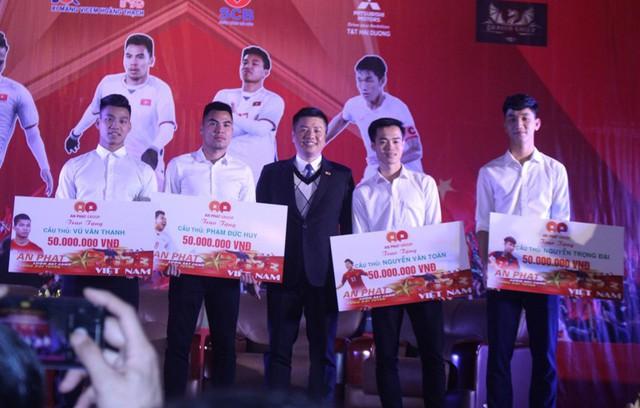 4 tuyển thủ U23 quê Hải Dương tham dự vòng chung kết U23 Châu Á năm 2018 được tặng 135 triệu đồng cùng bằng khen của tỉnh trong Lễ vinh danh tối qua (1/2). Ảnh: Đ.Tùy