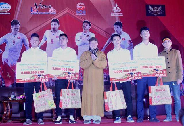 4 cầu thủ: Văn Thanh, Văn Toàn, Trọng Đại, Đức Huy được tặng 135 triệu đồng trong Lễ vinh danh tại Hải Dương