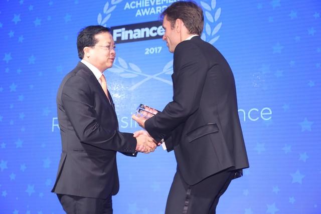 Ông Chu Việt Cường (trái), đại diện Vietjet nhận giải.