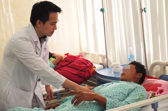 Bác sĩ thăm khám cho một bệnh nhân vừa được tạo hình lại dương vật. Ảnh: Nhung Trần