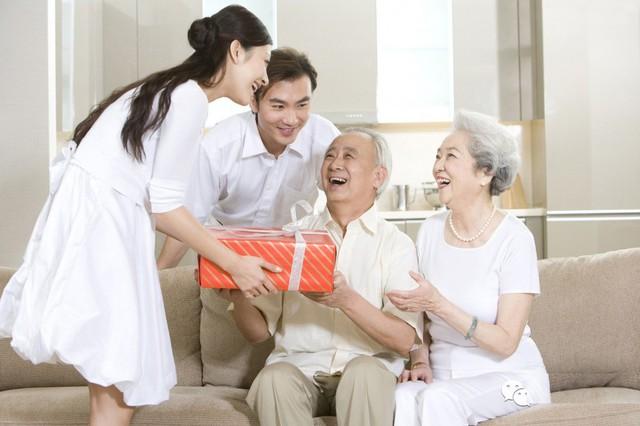 Biếu Tết bố mẹ chồng bao nhiêu là... đủ?