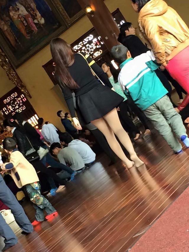 Có trường hợp còn mặc cả chiếc váy ngắn cũn đến chùa khiến nhiều người bức xúc - Ảnh: FB