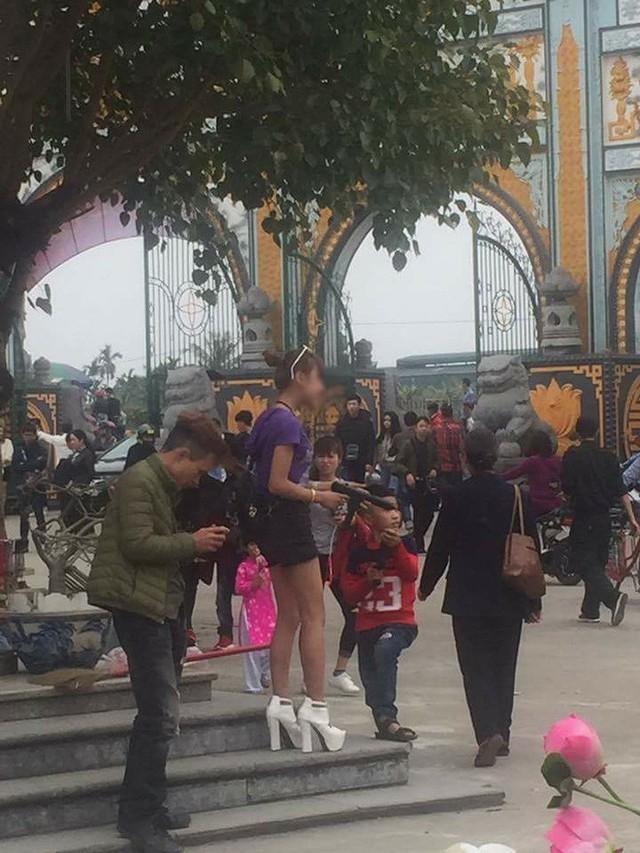 Những chiếc quần ngắn phản cảm khi đến đền chùa của một số bạn trẻ - Ảnh: FB