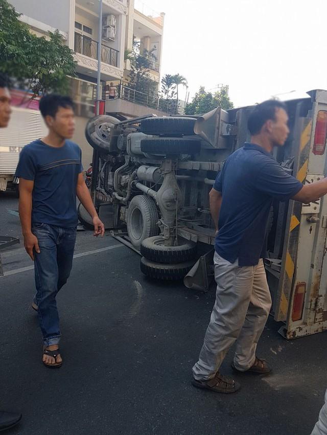 Xe tải gãy nhíp lật ngang đường: Thần chết mải ăn Tết, hai cha con thoát chết thần kỳ