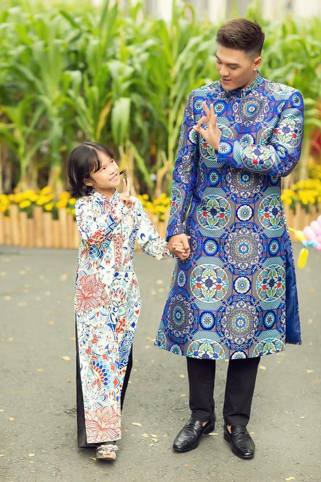 Lâm Vinh Hải và con gái Kỳ Kỳ vừa tung ra bộ ảnh mới ghi lại khoảnh khắc hai cha con diện áo dài rực rỡ đi du xuân.