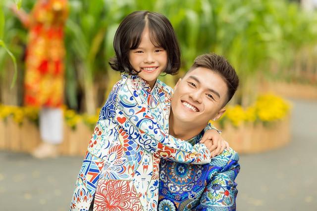 Bộ ảnh này Lâm Vinh Hải và con gái được thực hiện trước Tết Nguyên Đán, nhưng đến hết mùng 6, nam vũ công mới giới thiệu đến người hâm mộ những hình ảnh thân thiết, ấm áp của hai cha con.