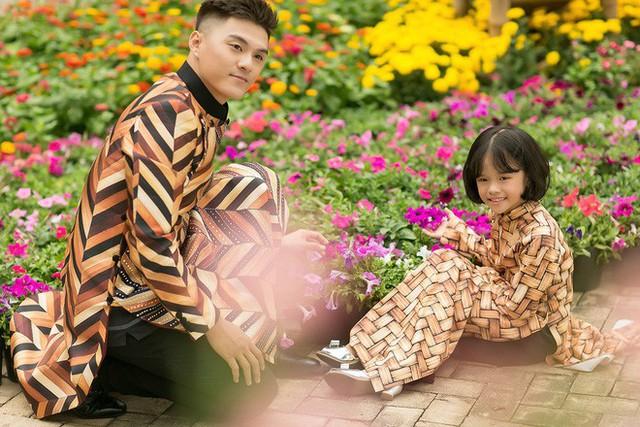 Đây cũng là lần đầu tiên Quán quân Thử thách cùng bước nhảy mùa đầu chụp ảnh Xuân cùng con gái Kỳ Kỳ sau ồn ào ly hôn Lý Phương Châu .