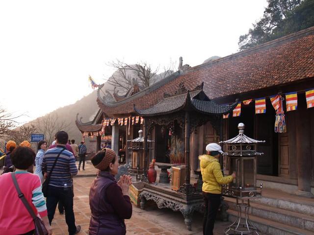 Khi đến chùa chỉ nên thắp 3 nén ở lư hương chung (công đồng). Ảnh: T.G