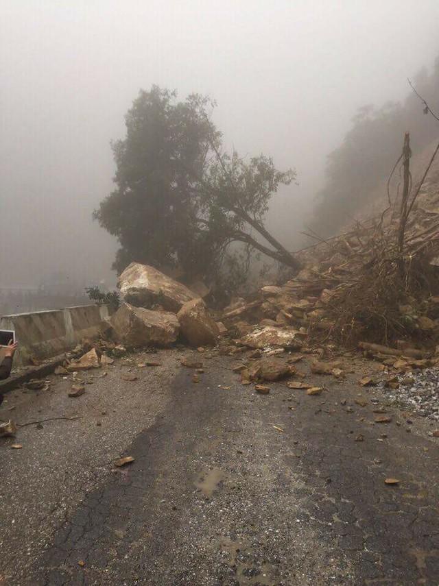 Hà Tĩnh: Mưa lớn, sạt lở gây ách tắc cửa khẩu Cầu Treo