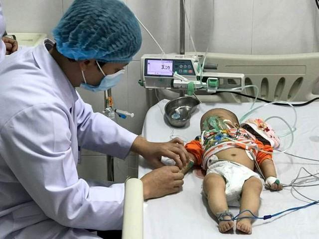 Hiện tại bé A. đã qua cơn nguy kịch và được theo dõi chặt chẽ tại bệnh viện. Ảnh: T.Thiêm