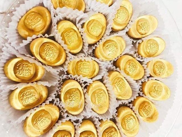 Bánh hình thỏi vàng hút khách ngày Thần Tài. Ảnh: Facebook