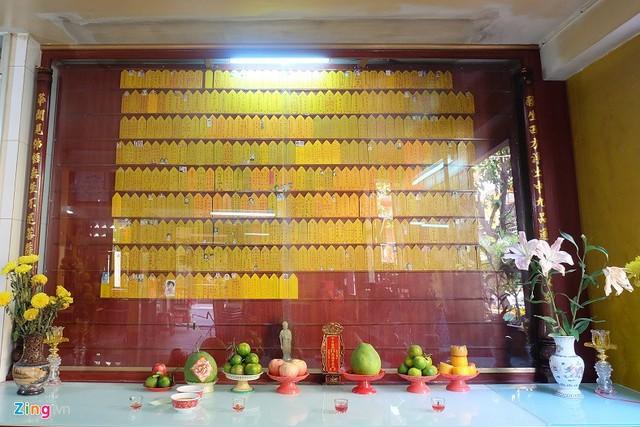 Không gian thờ tự tại chùa Liên Hoa hầu như không có bát cắm nhang. Ảnh: Hoài Thanh.