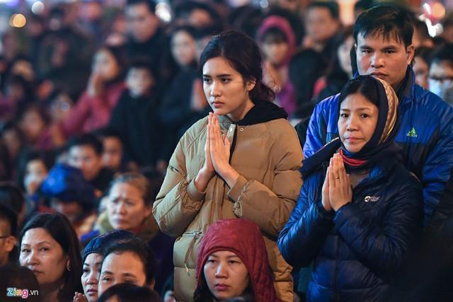 Đúng 19h, lễ khoá sau La Hầu bắt đầu, hàng nghìn phật tử và du khách chắp tay hành lễ, lắng nghe lời tụng kinh của sư thầy nhà chùa. Nhiệt độ ngoài trời 16 độ C, khá lạnh.