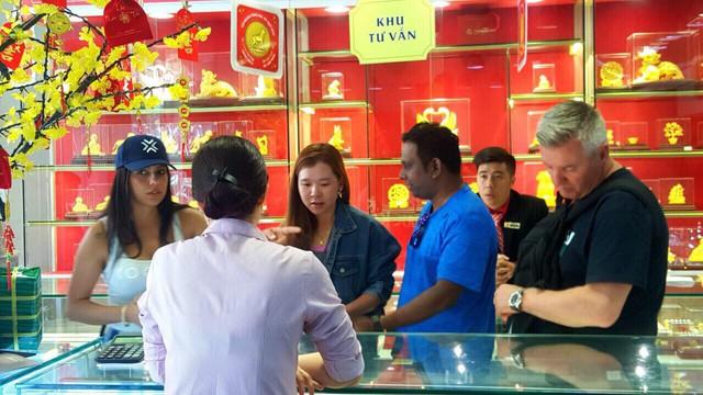 Nhiều khách nước ngoài cũng tham quan, mua bán vàng ngày thần tài